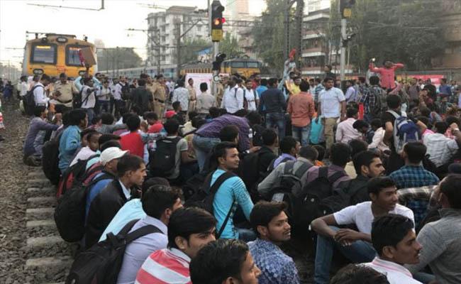 मुंबई में रेल लाइन को छात्रों ने किया जाम