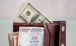 रुपये में भारी गिरावट, डॉलर के मुकाबले पहली बार 70 के पार पहुंचा