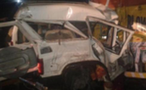फतेहपुर : खड़े ट्रक में घुसी बोलेरो - पांच लोगों की मौत, छह घायल