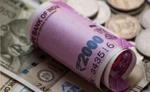 शेयर बाजार मे गिरावट का असर, रुपया आठ पैसे लुढ़का
