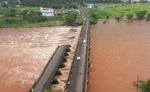 बाढ़ के पानी में डूबे पुल से गुजर रही बस बही, चार लोग लापता